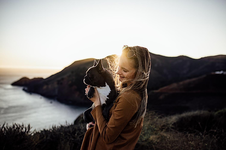 Frau mit Hund in San Francisco bei Sonnenuntergang, Hundefotoshooting