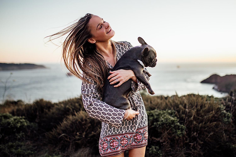 Frau mit Hund in San Francisco bei Sonnenuntergang, Hundefotoshooting, Golden Gate Bridge im Hintergrund